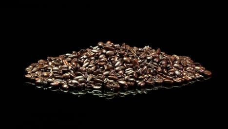 Eine-Ferne-Aufnahme-Eines-Haufens-Gerösteter-Kaffeebohnen