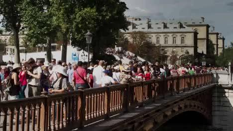 Notre-Dame-Tourists-01