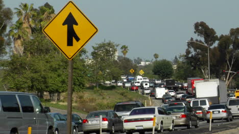 El-Tráfico-Pesado-Se-Mueve-A-Lo-Largo-De-Una-Autopista-De-Tres-Carriles