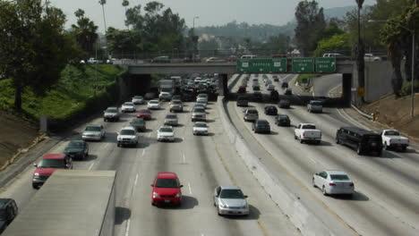 El-Tráfico-Se-Mueve-Lentamente-A-Lo-Largo-De-Una-Concurrida-Autopista-En-Los-Angeles-10