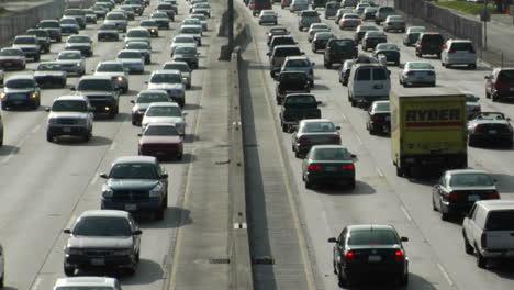 El-Tráfico-Se-Mueve-Lentamente-A-Lo-Largo-De-Una-Concurrida-Autopista-En-Los-Angeles-11