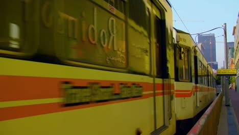 El-Tren-Del-Metro-Emerge-Con-El-Fondo-Del-Horizonte-De-La-Ciudad