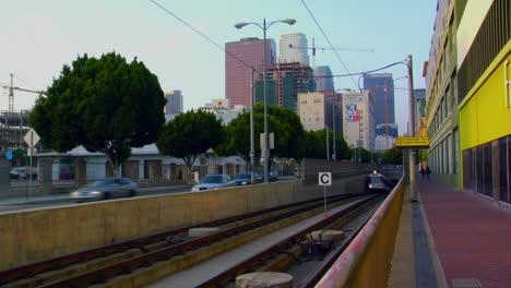 El-Tren-Del-Metro-Emerge-Con-El-Fondo-Del-Horizonte-De-La-Ciudad-1