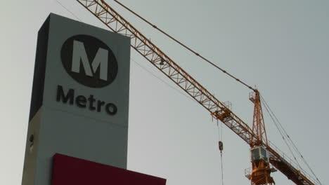 Una-Estación-De-Tren-De-Metro-Con-Grúa-En-Segundo-Plano-