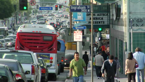 Tráfico-Y-Peatones-En-Una-Calle-De-Los-Ángeles-
