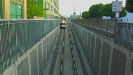 Un-Metro-Se-Mueve-Por-Encima-Del-Suelo