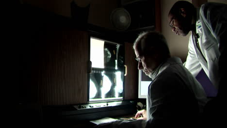 Doctors-discuss-the-results-of-an-xray-1