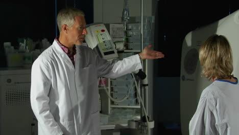 Un-Médico-Prepara-A-Un-Paciente-Para-Un-Escaneo-De-Gato
