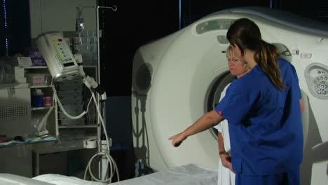 Un-Médico-Prepara-A-Un-Paciente-Para-Un-Escaneo-De-Gato-5