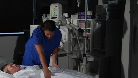 Una-Enfermera-Prepara-A-Un-Paciente-Para-Un-Procedimiento
