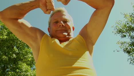 Un-Hombre-Mayor-Flexiona-Sus-Músculos-Un-Hombre-Mayor-Flexiona-Sus-Músculos