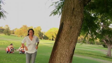 Una-Mujer-En-Un-Parque-Corre-Hacia-Un-árbol-Y-Lo-Abraza