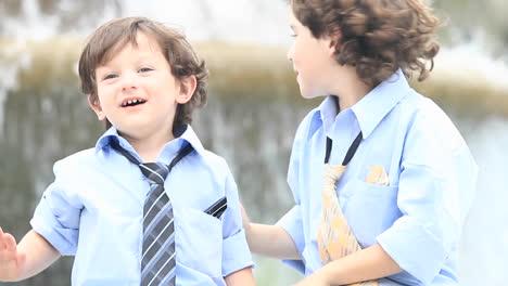 Ein-Paar-Jungen-In-Festlicher-Kleidung-Spielen-Vor-Einem-Brunnen-1