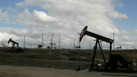 Oil-pumps-move-up-and-down-in-time-lapse