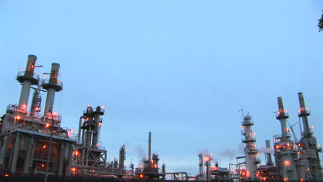 Las-Luces-Brillan-En-Las-Chimeneas-En-Una-Planta-Industrial-Las-Luces-Brillan-En-Las-Chimeneas-En-Una-Planta-Industrial