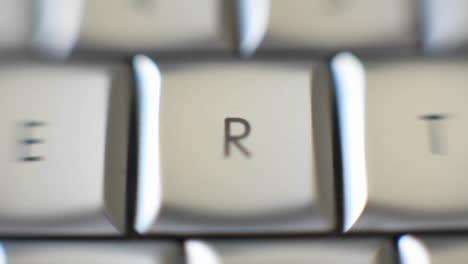 La-Letra-R-Enfocada-En-Un-Teclado