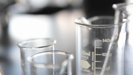 Material-De-Laboratorio-De-Vidrio-Se-Asienta-Sobre-Un-Mostrador-1