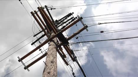 Los-Cables-Van-A-Un-Poste-De-Energía-Desde-Cuatro-Direcciones
