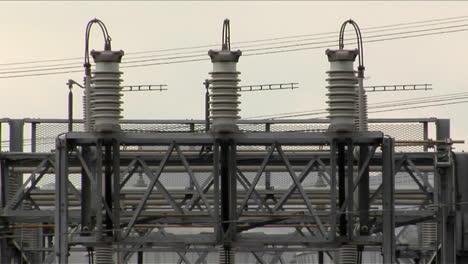 Alambres-Y-Cables-Enrollados-Alrededor-Del-Transformador