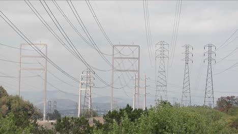 Las-Líneas-Eléctricas-Se-Extienden-De-Torre-En-Torre