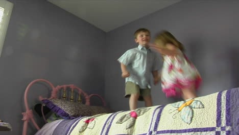Children-jump-on-a-bed