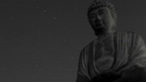 Un-Cielo-Estrellado-Pasa-Sobre-Un-Buda-De-Piedra-En-Un-Lapso-De-Tiempo