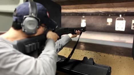 Un-Hombre-Dispara-Un-Rifle-A-Un-Objetivo-En-Un-Campo-De-Tiro-Interior-1