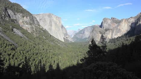 Valle-De-Yosemite-Con-Media-Cúpula-Visible-En-El-Fondo