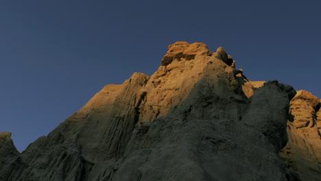 Sunlight-shines-over-a-montaña-in-the-desert
