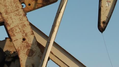 Una-Torre-De-Perforación-De-Petróleo-Que-Bombea-Petróleo-Pasa-Antes-Que-El-Sol-1