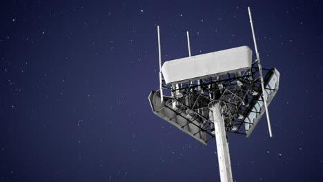 Eine-Großartige-Aufnahme-Eines-Senders-Gegen-Den-Bewegten-Nachthimmel