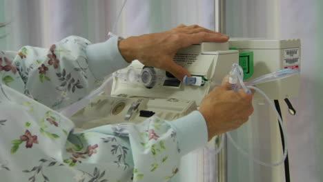 Una-Enfermera-Prepara-El-Equipo-Iv-2