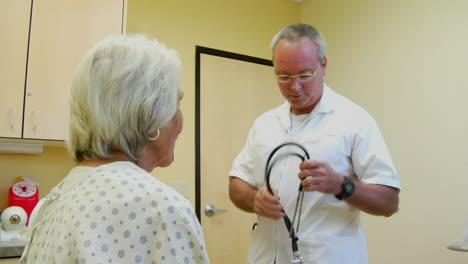 Ein-Arzt-Hört-Mit-Einem-Stethoskop-Das-Herz-Und-Die-Lunge-Eines-Patienten-Ab