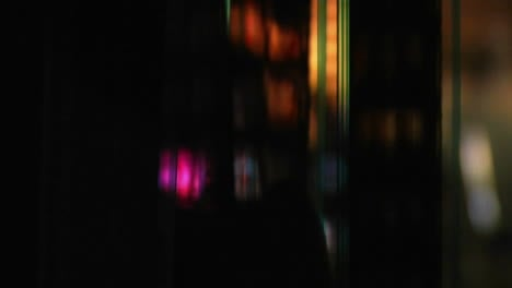 Ein-Hinterleuchteter-Filmstreifen-Läuft-Durch-Einen-Projektor