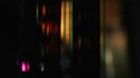 Una-Tira-De-Película-Retroiluminada-Pasa-Por-Un-Proyector-1