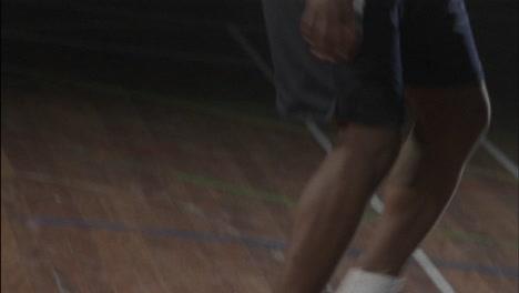 Tres-Hombres-Juegan-Baloncesto-En-Una-Cancha-Cubierta.