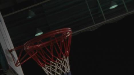 Atleta-Aterrizando-Un-Rebote-Ofensivo-Y-Anotando-En-Un-Juego-De-Baloncesto