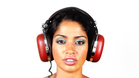 Mujer-en-auriculares-mezcla-03