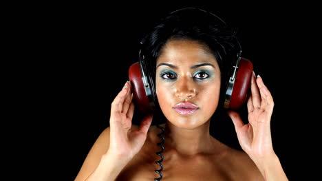 Mujer-En-Auriculares-Mezcla-05