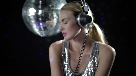 Dama-Bailando-Discoball-En-Auriculares-126