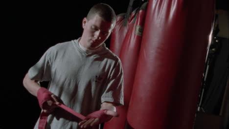 Un-Boxeador-Envuelve-Sus-Manos-Con-Cinta-Como-Protección