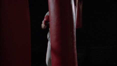 Un-Boxeador-Practica-Golpeando-Sacos-De-Boxeo