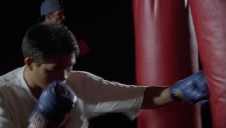 Ein-Paar-Boxer-Trainieren-An-Boxsäcken