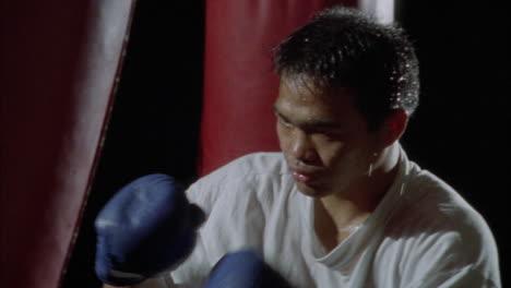 Un-Boxeador-Practica-En-Un-Saco-De-Boxeo-Un-Boxeador-Practica-En-Un-Saco-De-Boxeo
