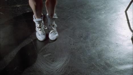 Un-Atleta-Salta-La-Cuerda-En-Un-Gimnasio-De-Boxeo