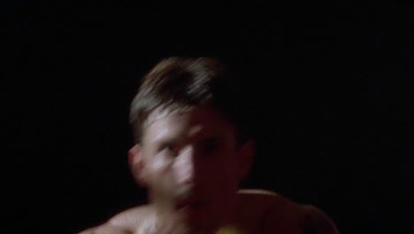 Un-Boxeador-Lanza-Puñetazos-Y-Golpes-De-Práctica-Un-Boxeador-Lanza-Puñetazos-Y-Golpes-De-Práctica