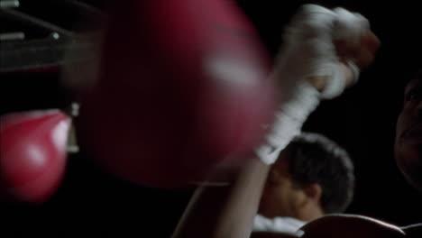 Un-Par-De-Boxeadores-Hacen-Ejercicio-En-Bolsas-De-Velocidad