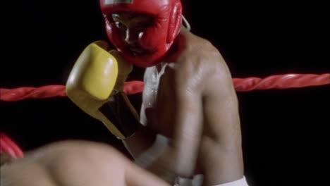 Dos-Boxeadores-Peleando-En-Un-Ring-De-Boxeo