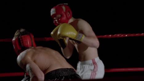 Dos-Boxeadores-Pelean-En-Un-Ring-De-Boxeo