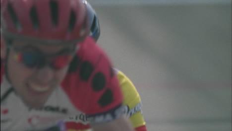 Hombres-Ciclistas-Compiten-En-Una-Carrera